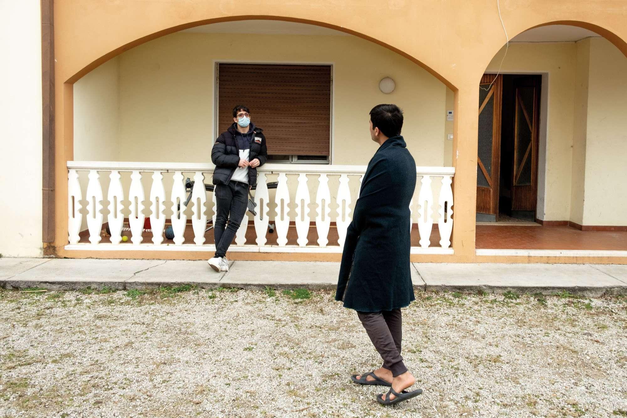 Dialogo tra richiedente asilo e operatore